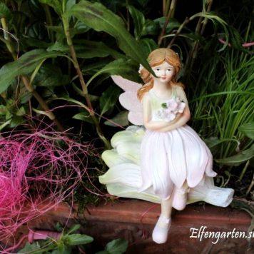 Dekofigur Blütenfee Fee Blumenfee Elfe Kantenhocker auf grüner Blüte