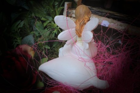 Dekofigur Blütenfee Fee Blumenfee Elfe Kantenhocker auf rosa Blüte