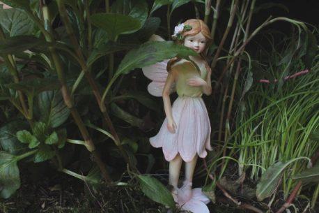 Dekofigur Blütenfee Fee Blumenfee Elfe stehend Herzhand