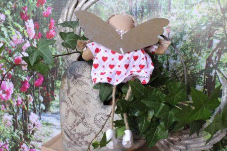 Schutzengel Amy im Leinenkleidchen mit Herzchen