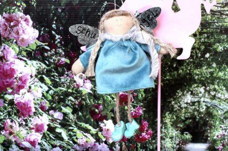 Schutzengel Betty im Samtkleidchen Türkisblau