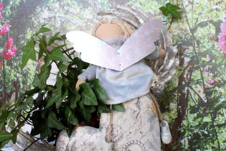 Schutzengel Betty im grauen Samtkleidchen