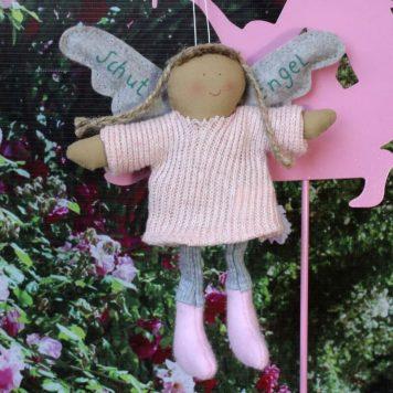 Schutzengel Doro im rosa Strickkleidchen