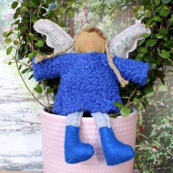 Schutzengel Hanna im blauen Strickkleidchen
