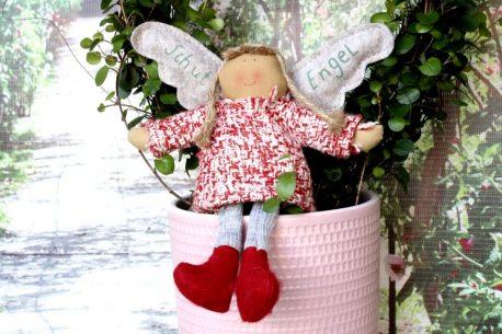 Schutzengel Katie im rotweissen Strickkleidchen