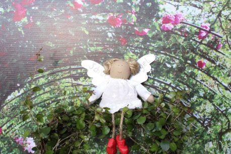 Schutzengel Mia im weißen Batistkleidchen