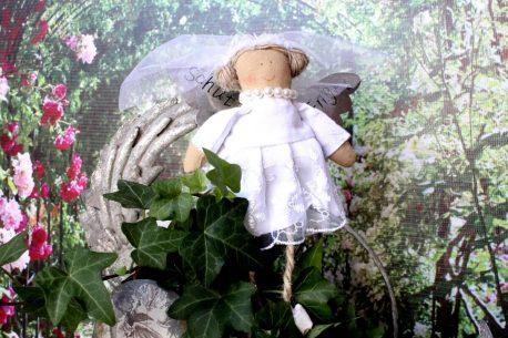 Schutzengel Sarah im Brautkleidchen