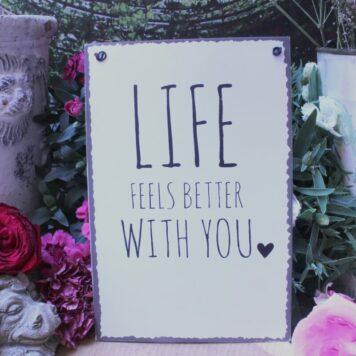 Deko Blechschild Lebenssprüche Aufhänger Life Feels Better With You