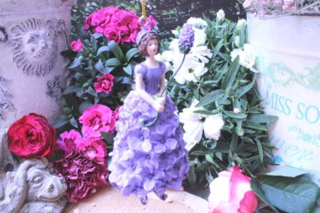 Deko Figur Fee Dekohänger Blumenmädchen Flieder zum Hängen