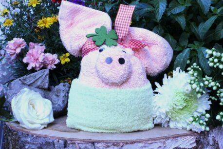 Geschenkartikel Dekoration Glücksschwein aus Handtüchern gewickelt
