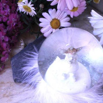 Schneekugel Glimmerkugel Schutzengel in Glaskugel