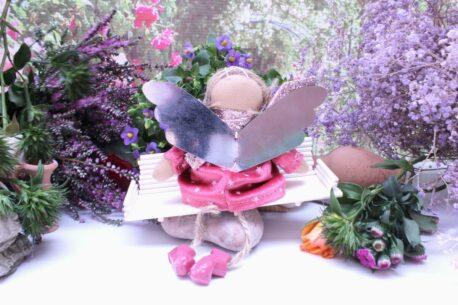 Schutzengel Lisja aus Stoff Samtkleidchen Himbeer