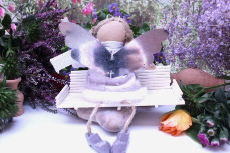 Schutzengel Maren aus Stoff im Leinenkleidchen Lila