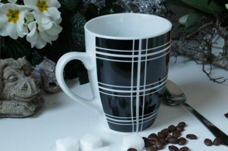 Henkelbecher Kaffeetasse weiss schwarz Karo von Wurm