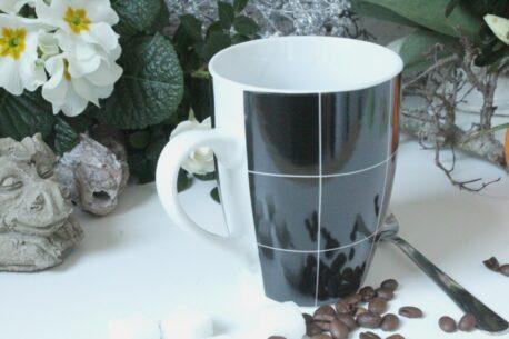 Henkelbecher Kaffeetasse weiss schwarz kariert von Wurm
