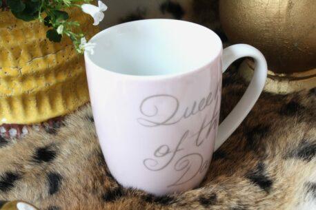 Henkelbecher Sprüche Kaffeetasse Rosa Queen Of The Day