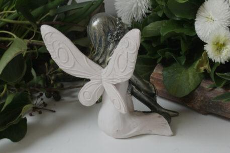 Dekofigur Blumenfee Prinzessin im Kniesitz