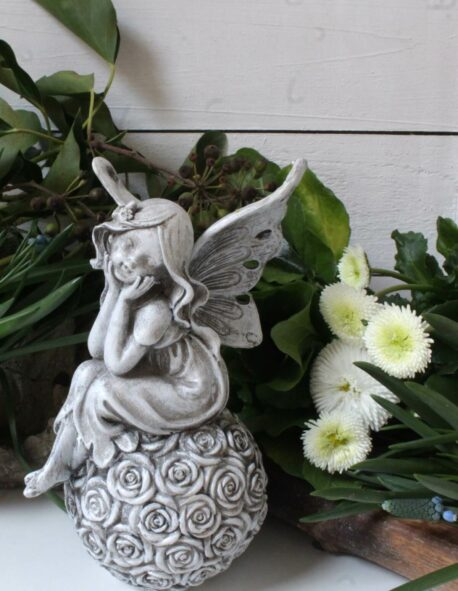 Dekofigur Schutzengel Blumenelfe auf Röschen Kugel